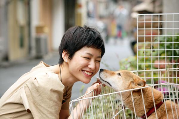 犬と戯れる平田薫