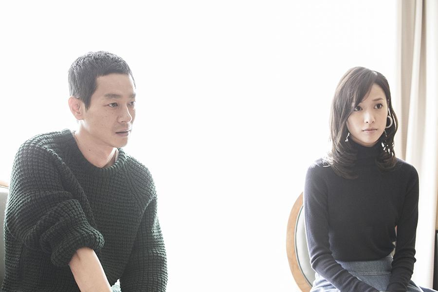 瀬文焚流役の加瀬亮(左)と、当麻紗綾役の戸田恵梨香