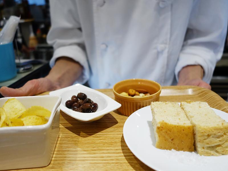 オリーブ、ポテトチップス、フォカッチャ、ナッツなどから1品選べる