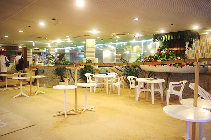 会場の休憩スペースはリオデジャネイロのカバーナビーチをイメージした内装