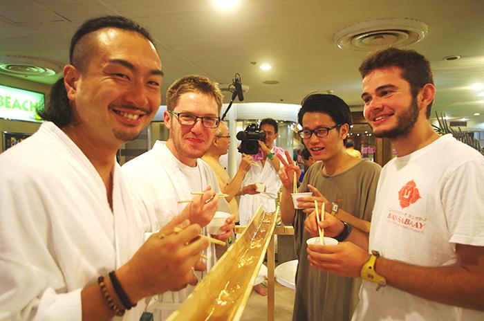 アイルランドから来たダニエルさん(左奥)は「ピュアーテイスト!」、フランス人のヴィクターさん(右)も「トレボン」と日本文化を満喫