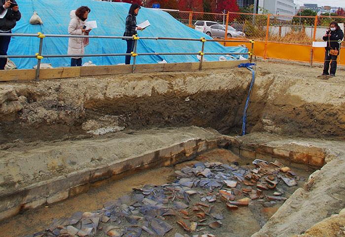 かつてNHK大阪放送会館があった敷地の東南部で発見された瓦屋根