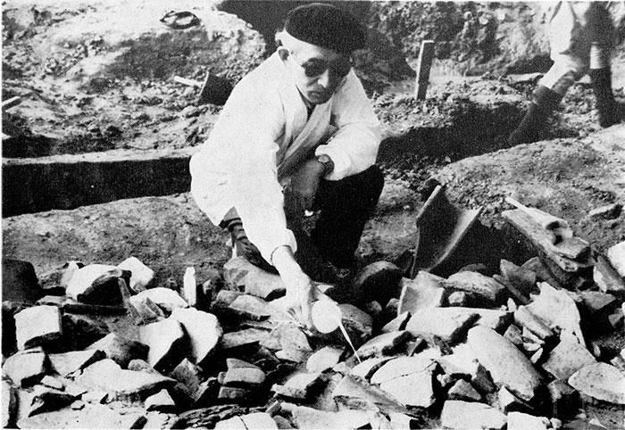 1961年調査当時の瓦の保存処理作業の様子(大阪市教育委員会提供)