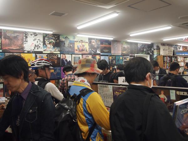 オープンと同時に大勢のファンが押し寄せた[ディスクユニオン大阪店]
