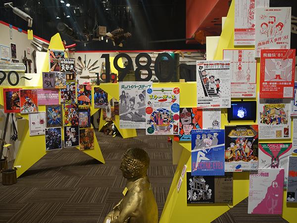過去の映像、劇団員のコメントや写真、数々の公演で使われた小道具が並ぶ「35年のあゆみ」。中には高橋留美子の原画も