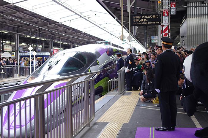 新大阪駅に到着したエヴァ新幹線