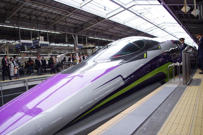 新大阪駅を出発する「500 TYPE EVA」