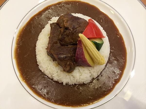[万博食堂]の万博カレー(マトン)サラダ付き1,280円。本格的なカレーを当時の万博で初めて食べ、スパイスの辛さに衝撃を受けた人が多かったという逸話が。マトンカレーはニュージーランド館で出されており、話題になった料理