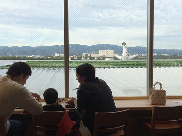 フードコートでは、太陽の塔が見えるカウンター席がおすすめ