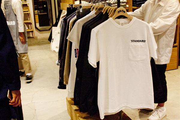 肉厚のコットンを使用し、胸元に「STANDARD」をプリントしたキャンバーの別注Tシャツ7,000円(税抜)