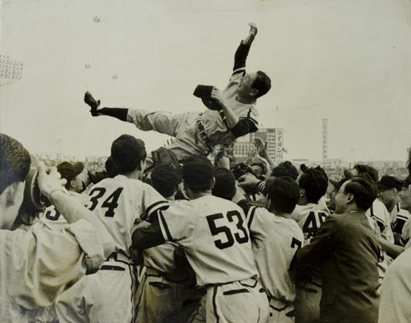 1959年優勝時の写真、名将・鶴岡一人監督が宙を舞う