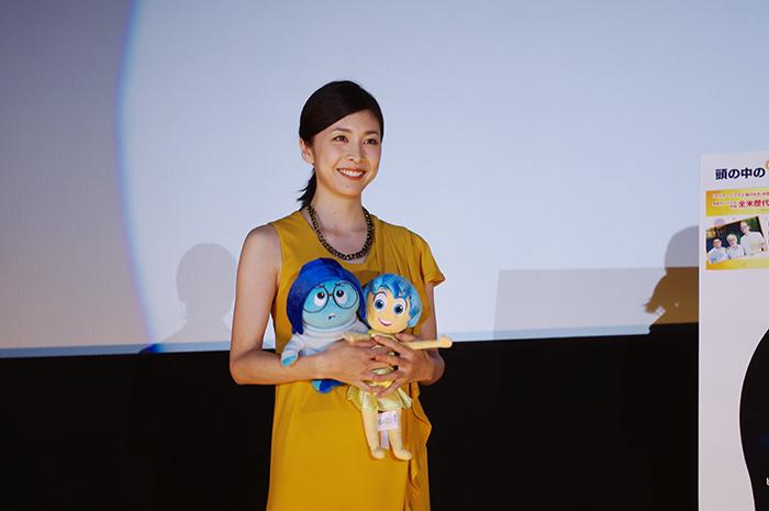 映画のキャラクターを抱く竹内結子