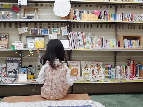 中央には座って本が読めるスペースも、子どもたちも本を借りに