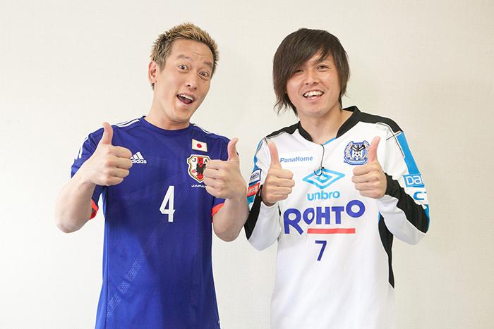 じゅんいちダビッドソン(左)と遠藤保仁選手