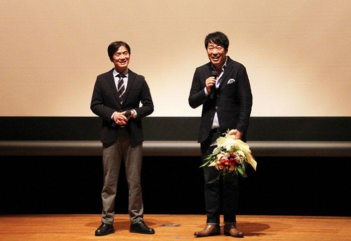 田嶋勝正・串本町長(左)と田中光敏監督