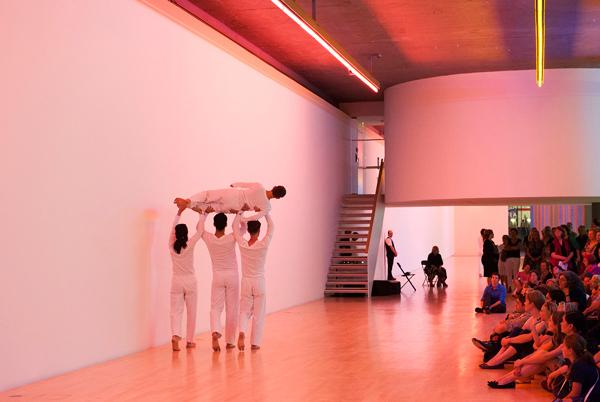 トリシャ・ブラウン・ダンスカンパニー『Wall Walk(from Set and Reset, 1983) 』2014 © Städtische Galerie im Lenbachhaus und Kunstbau München