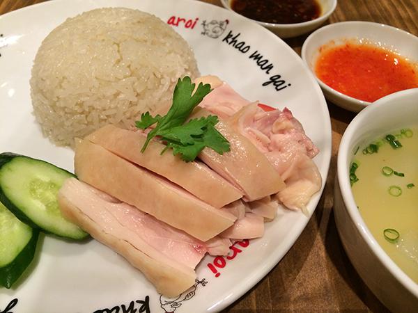 しっとりとゆでられた鶏肉は、ぷりぷりしていてとてもジューシー。風味豊かなご飯はお替わりしたくなるほどで、生姜醤油のソースを肉にかけるのがおすすめ。カオマンガイ850円