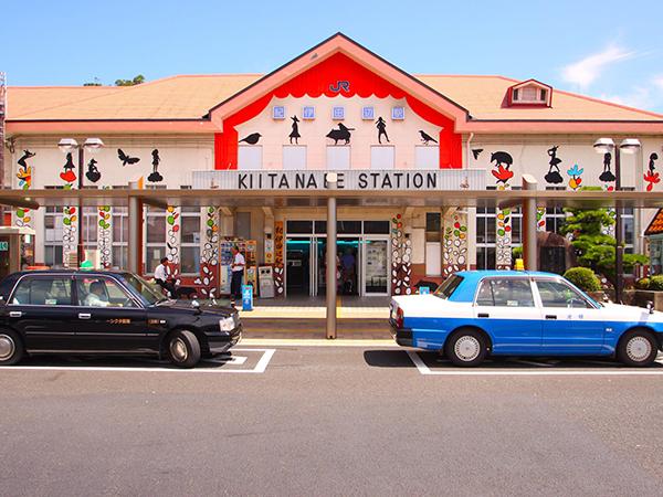 住民の協力のもと、ひと駅ごとにアーティストが作品を描いた(紀伊田辺駅)