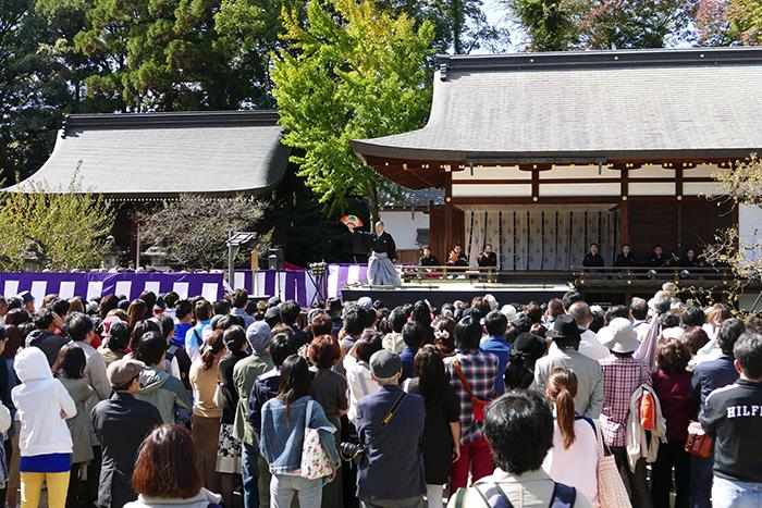大勢の観客が紅梅殿・特設舞台前