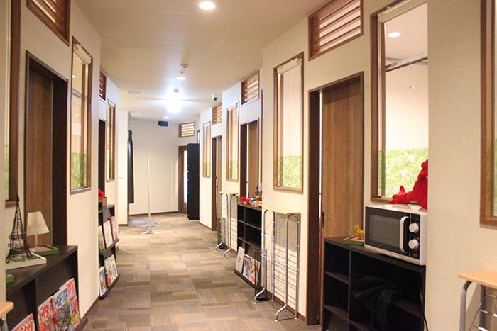 個室カフェ廊下