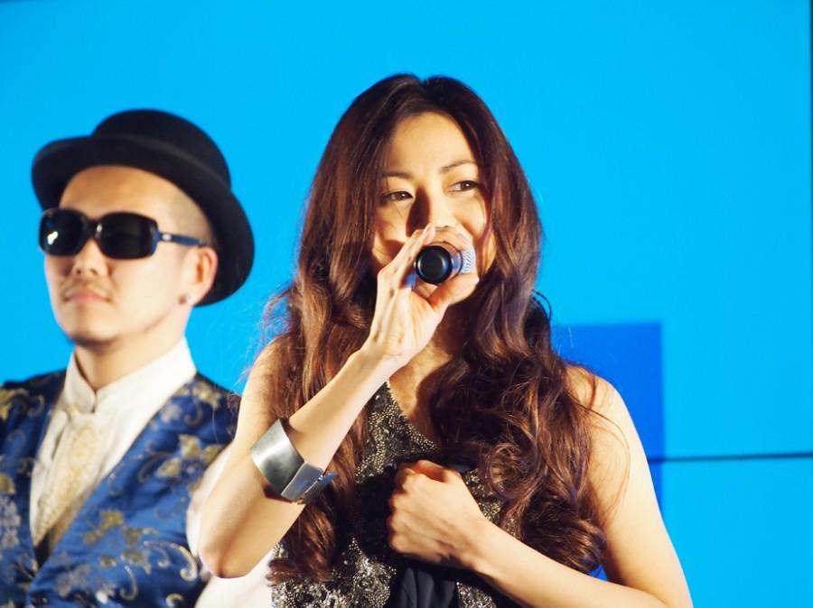 大阪駅でサプライズライブを行った歌手・倉木麻衣