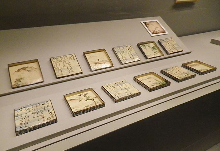 《色絵定家詠十二ヶ月和歌花鳥図角皿》 尾形乾山作 江戸時代 十八世紀