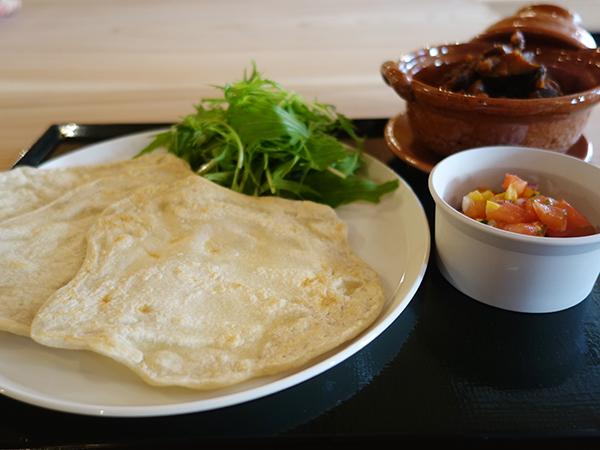 ランチタコス1,200円(税別)。蕎麦粉を使ったトルティーヤを、蕎麦の実のトマト煮とサルサを巻いていただく
