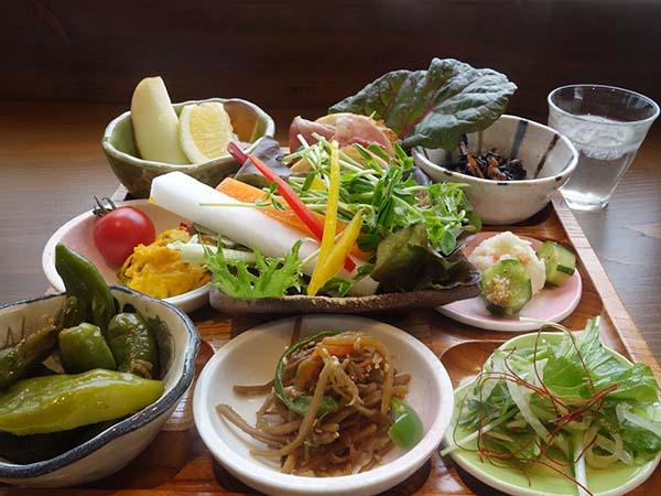九条ねぎと大根のサラダ、南京のごろごろサラダ、きんぴらごぼう...気付けば野菜たっぷりメニューに