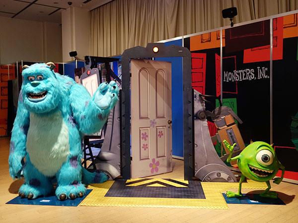ブーのドアとサリー&マイクと一緒に記念撮影