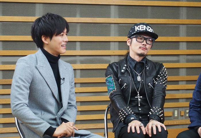 笑顔を見せる松坂桃李(左)