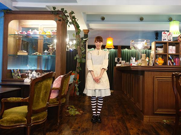 日替わりでアリス、くるみ割り人形、赤ずきんのコスプレで接客する店主・大西さん。コスプレでの来客も大歓迎だそう