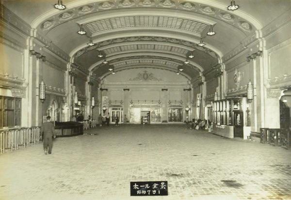 南海ビルディングの写真アルバムから、ヨーロッパのターミナル駅を想起させるホール全景