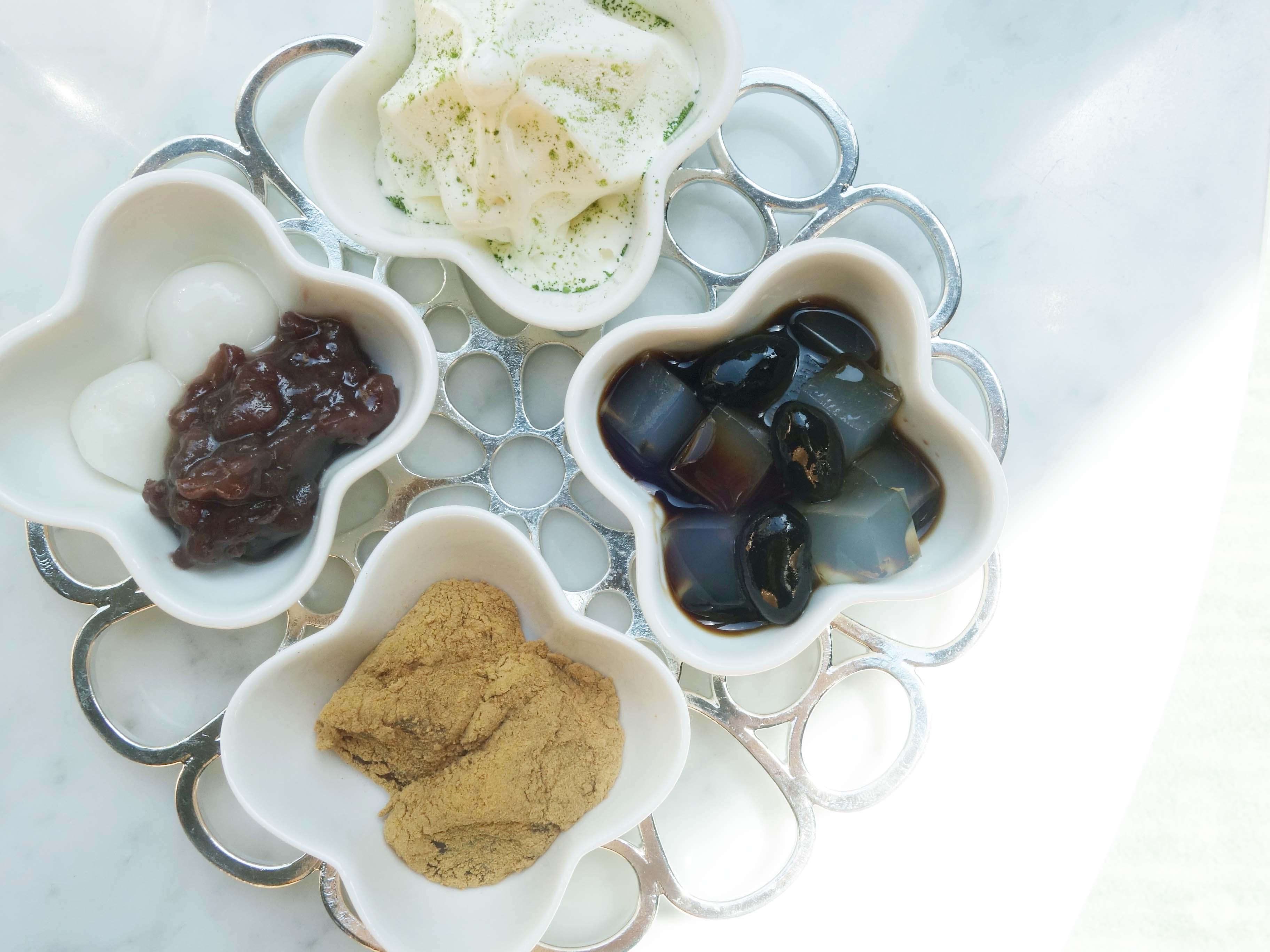 2段目の黒豆のかんてん、二度挽きしたきな粉をかけたわらびもちはラウンジの人気商品をセレクト。ソフトクリームは溶けない配慮から、後半にサーブされる
