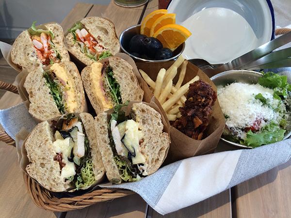 サンドイッチ3種、フライドチキン、ポテト、サラダ、フレッシュフルーツ、ドリンク3種が付くピクニックバスケット4,000円