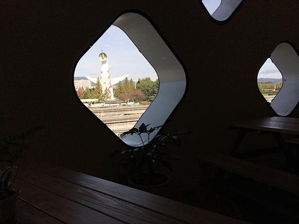 [ニフレル]のカフェ[EAT EAT EAT]は、窓から太陽の塔が見えます