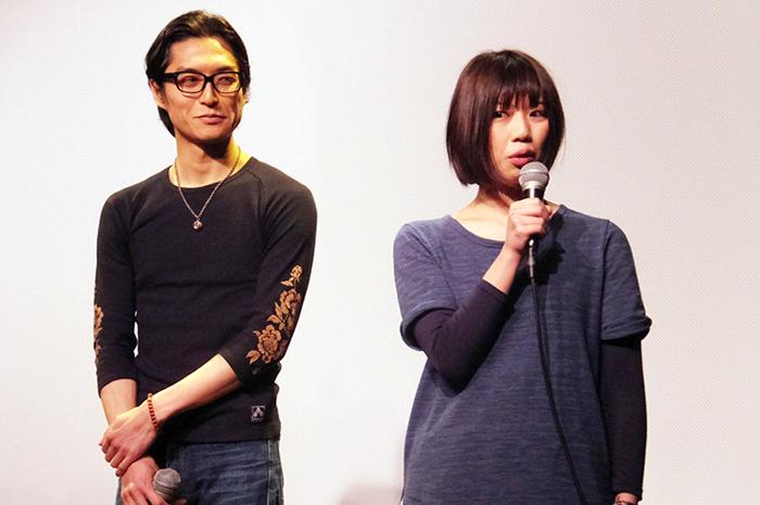 加藤綾佳監督(右)とバーの店長を演じた俳優・谷啓吾