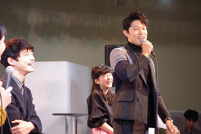10月16日に行われたFM大阪の公開録音イベントに、映画『俺物語!!』に出演する鈴木亮平、永野芽郁、坂口健太郎が登場。会場となった大阪[あべのキューズモール]には、2,500人の熱狂的なファンが集まった。