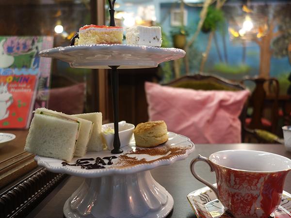 サンドイッチ、スコーンがトレイにのった「アリスのティーパーティー」は紅茶とセットで1,650円。ランチ代わりにいただく人もいるとか