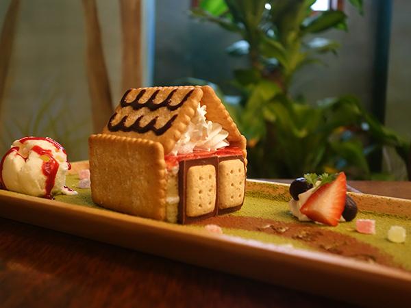 お菓子の家への道にひと言書いてあったり、一つずつ手間ひまかかってます。「ヘンゼルとグレーテルのお菓子な家」680円