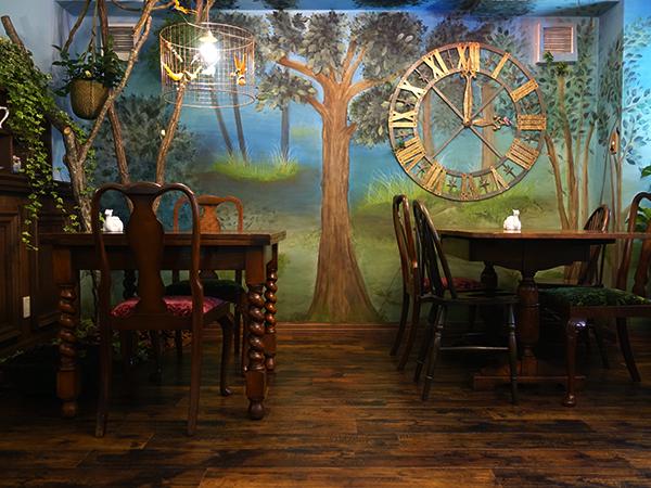 壁には森の絵