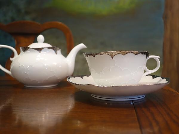ティーカップは一部、有田焼で別注したものも