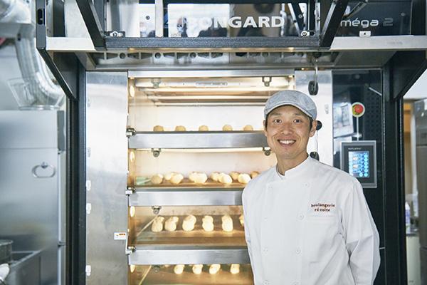 フランス製のオーブンBONGARD。「5段の石窯は、パン底からしっかり熱が伝わり、クープ(切れ目)がしっかり立ち上がったバゲットが焼き上がるんです」と松尾シェフ