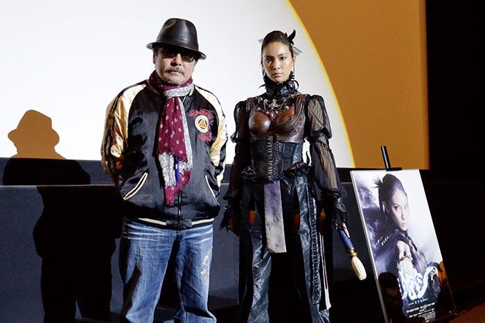 雨宮慶太総監督(左)と秋元才加