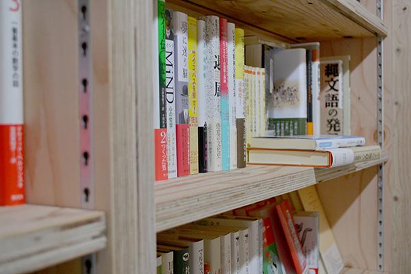 新しい書店[誠光社]の本棚