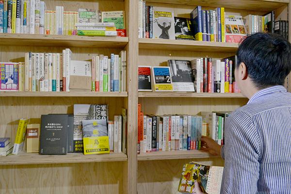 新刊は人文書や芸術書など幅広く、カテゴリ分けせず、古書や小冊子、ZINEなども混ぜて陳列される
