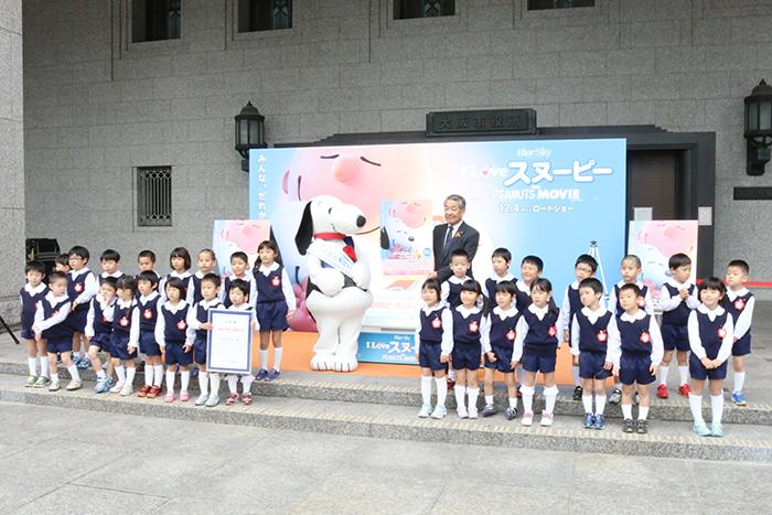 中津保育園バラ組の園児たちと記念撮影