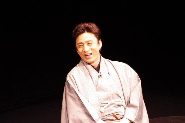笑顔で取材に応じる市川染五郎