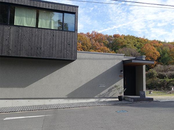 工房は桃で有名な河内長野の小山田バス停前に