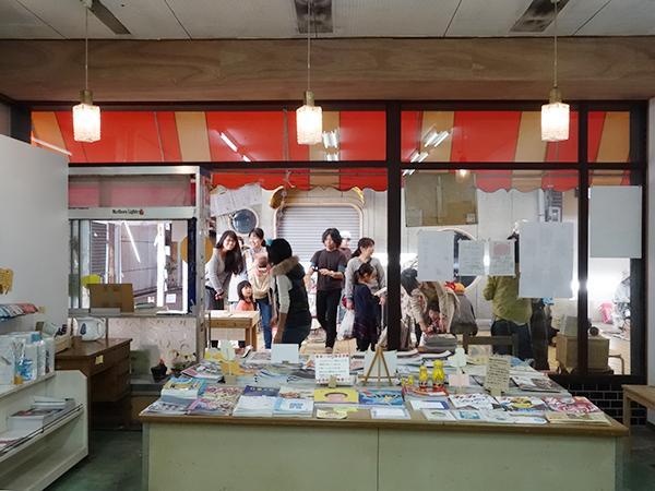 商店街にあるリトルプレス専門店[本と。]が企画