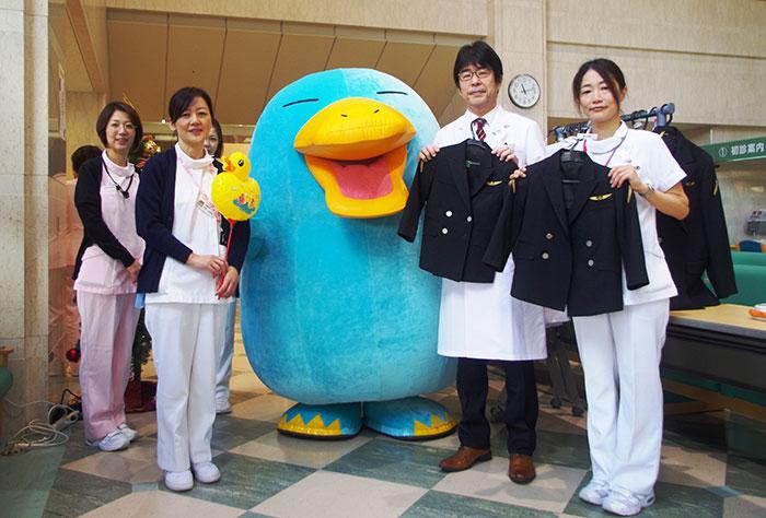 ロビーではイコちゃんと看護師、JR社員の制服で記念撮影も